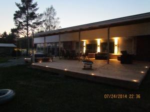 Terassi jaoteltu seurustelu tilaan valaistusta lisäämällä. Terassin kiertää kolme terassivalosarjaa 7639-000