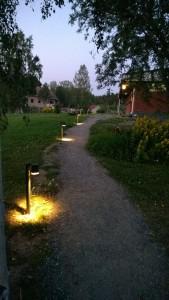 Pihapolun valaistus toteutettu Modenan pollarivalaisimilla 7517-750
