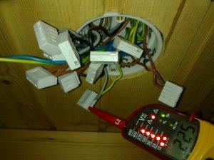 Suojajohtimessa täydet 230V, asunnon jokainen sähköliitos täytyi tarkistaa ja korjata.