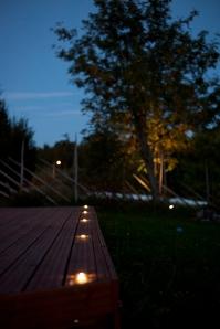 Terassi voidaan valaista pitkään murehtimatta sähkölaskua, ledit kuluttaa tosi vähän. Hämäräkytki ja kello-ohjaus lisää vaivattomuutta.