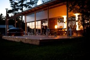 Valaistulle saadaan lämmin tunnelma, joka suorastaan pakottaa viettämään enemmän aikaa ulkona.