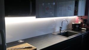 Välitilanvalot laminaattitason etupuolella,LED EXTEND PROFIILI.